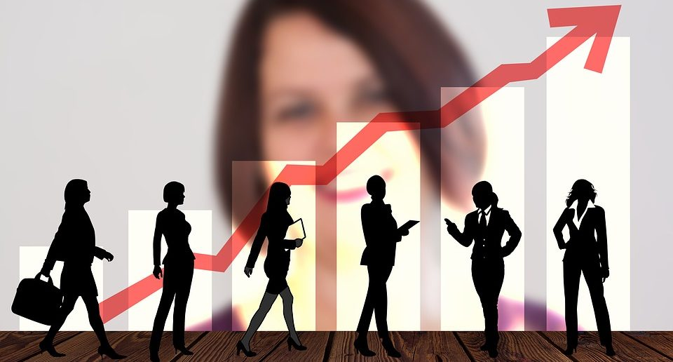 Frauen in Führung mit roten Pfeil